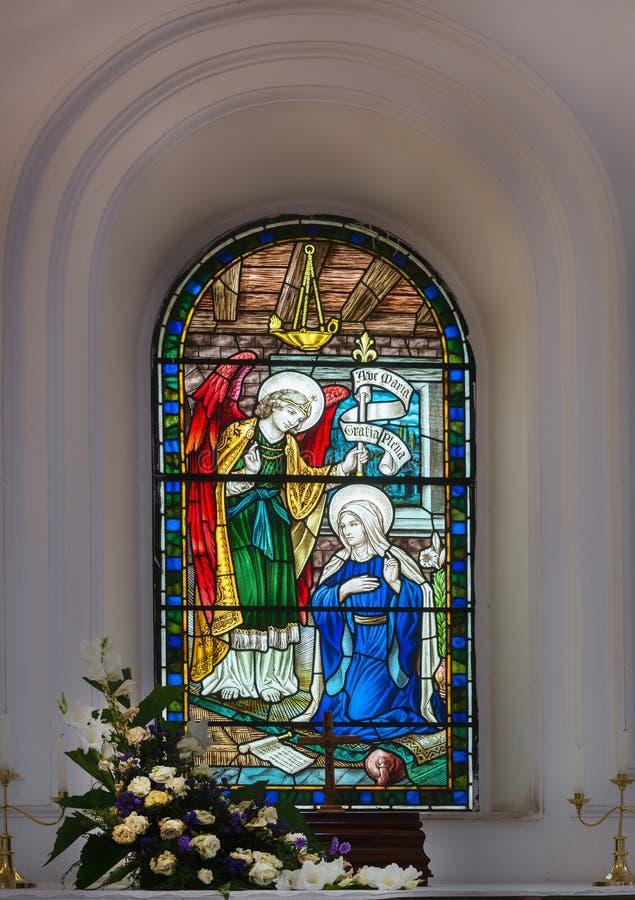 Finestra di vetro macchiato alla cattedrale di St Mark a Bangalore. immagine stock