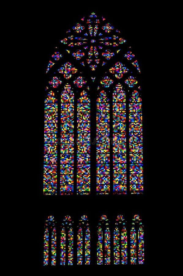 Finestra di vetro macchiato colorata del mosaico della chiesa gotica fotografie stock
