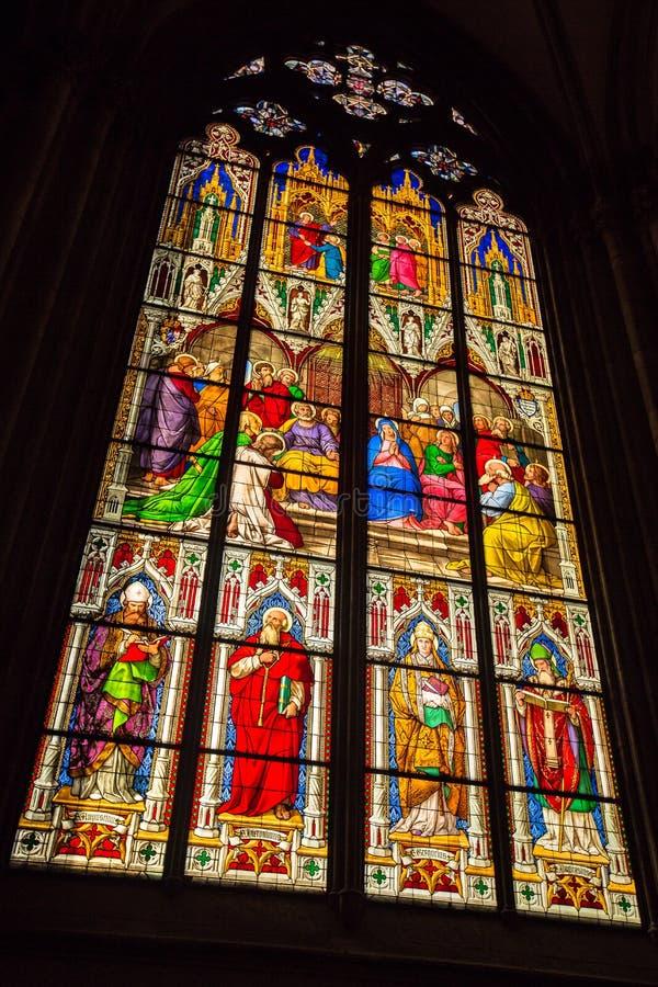 Finestra di vetro macchiato dall'interno della chiesa dei DOM in Colonia immagini stock