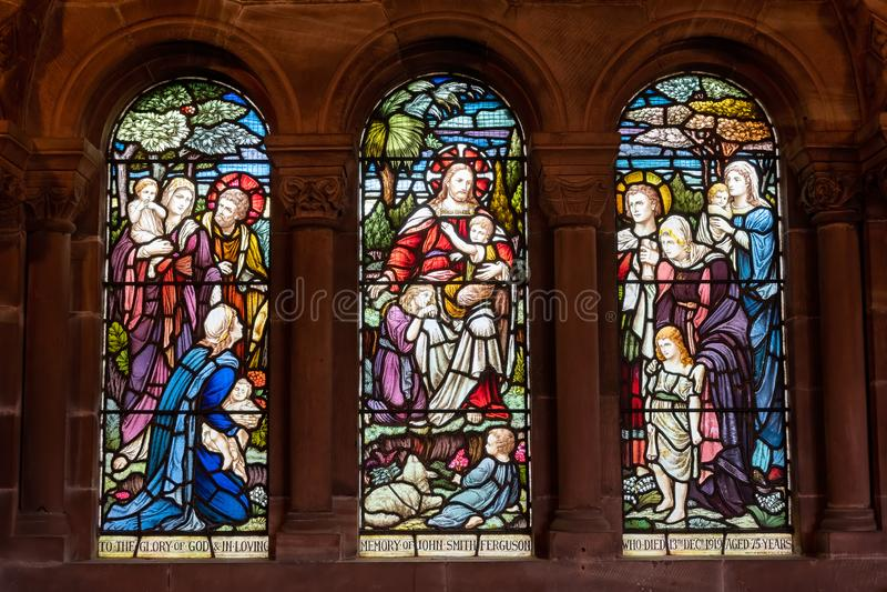 Finestra di vetro macchiato della chiesa come colpo dall'interno fotografie stock
