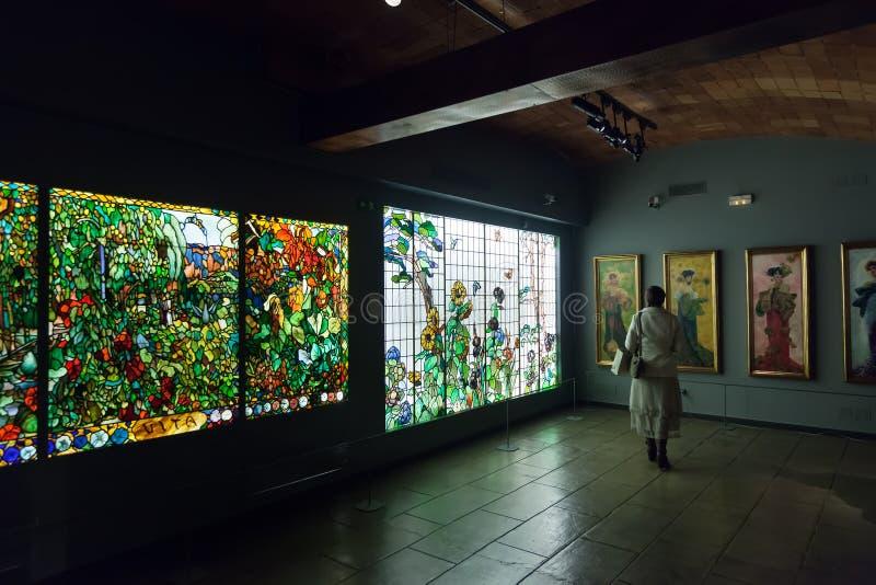 Finestra di vetro macchiato nell'interno del museo di Modernisme catalano fotografia stock libera da diritti