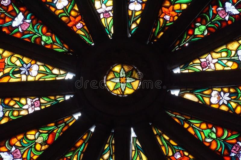 Finestra di vetro macchiato nella basilica a Quito, Ecuador fotografie stock