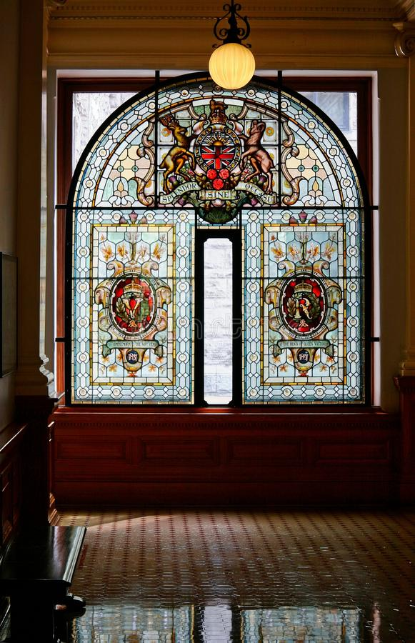 Finestra di vetro macchiato nella costruzione del Parlamento della Columbia Britannica fotografia stock