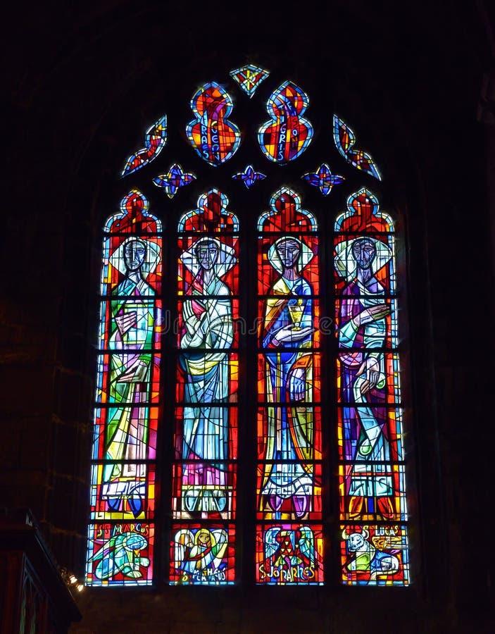 Finestra di vetro macchiato in Notre-Dame collegiale della chiesa di Huy immagini stock