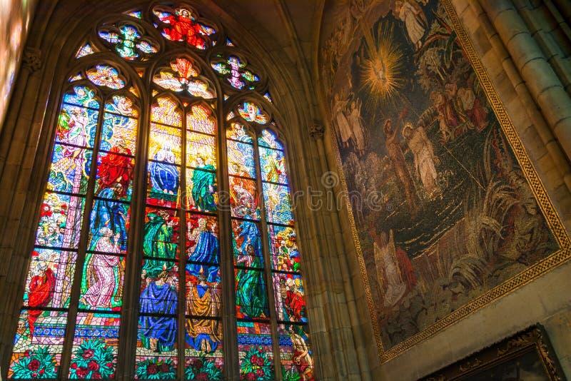 Finestra di vetro macchiato religiosa variopinta, st Vitus Cathedral dentro fotografia stock libera da diritti