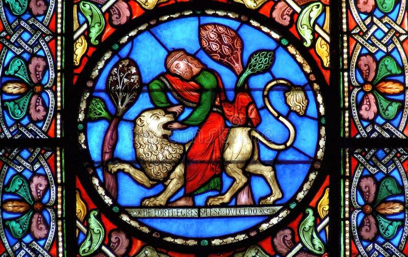 Finestra di vetro macchiato Samson che uccide il leone immagini stock libere da diritti