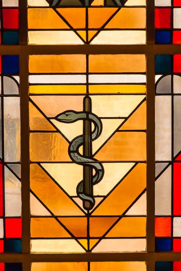 Finestra di vetro macchiato di simbolo del serpente della medicina immagini stock