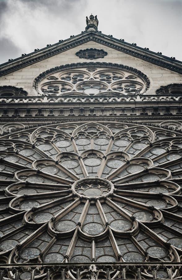 Finestra di vetro macchiato su Notre Dame Cathedral fotografie stock libere da diritti