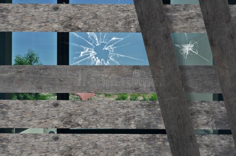 Finestra di vetro rotta e vecchio legno immagine stock