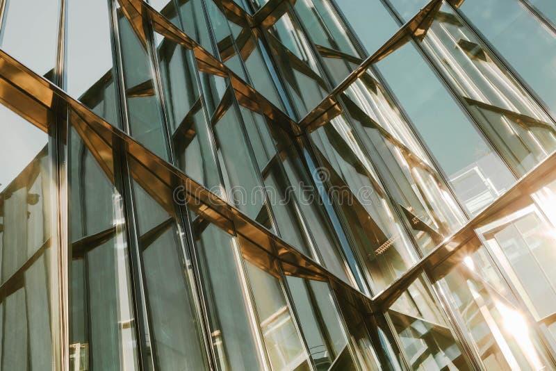 Finestra di vetro di una costruzione con le strutture di alluminio nere, tono blu come fondo fotografie stock
