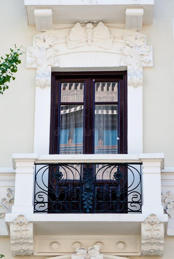 Finestra e balcone tradizionali bianchi e di legno in Spagna con la decorazione dello stucco fotografie stock libere da diritti