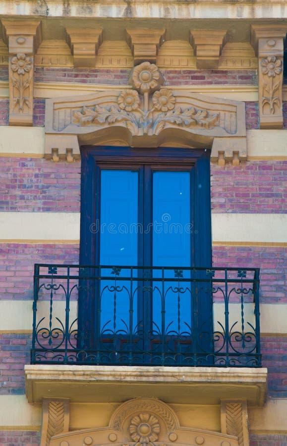 Finestra e balcone tradizionali del mattone in Spagna con la decorazione dello stucco immagine stock libera da diritti