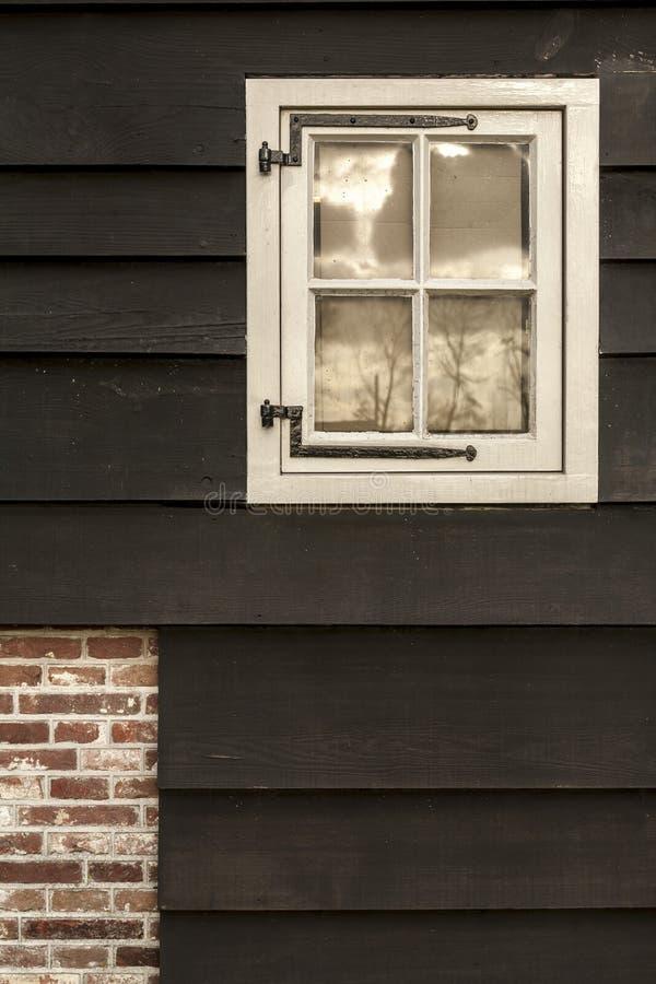 Finestra e muro di mattoni di legno tradizionali antiquati a Amsterdam, Paesi Bassi fotografia stock libera da diritti