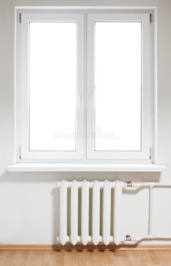 Finestra e radiatore di plastica fotografia stock libera da diritti