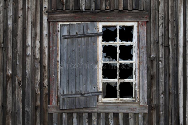 Finestra fracassata in vecchia Camera abbandonata immagini stock libere da diritti