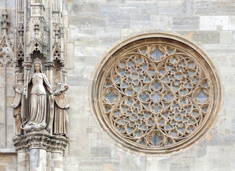 Finestra gotica rotonda sulla facciata della cattedrale di St Stephen, Vienna immagini stock