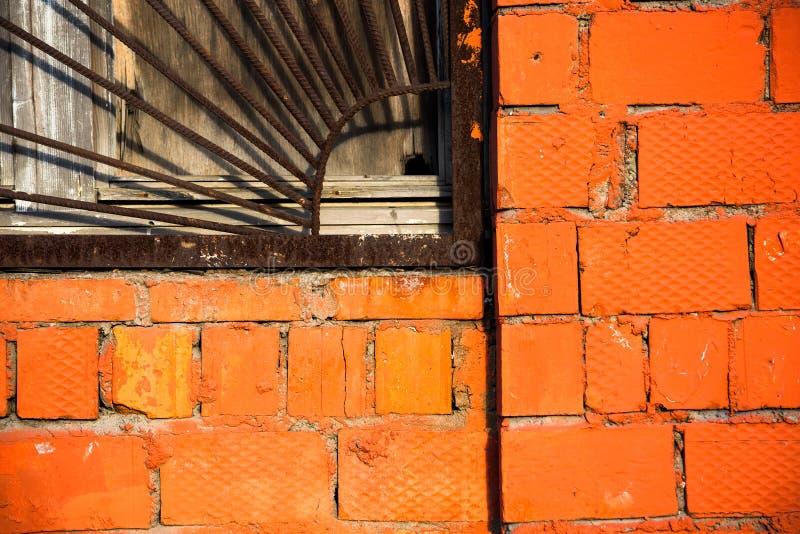 Finestra imbarcata con la griglia ed il muro di mattoni del metallo fotografia stock libera da diritti