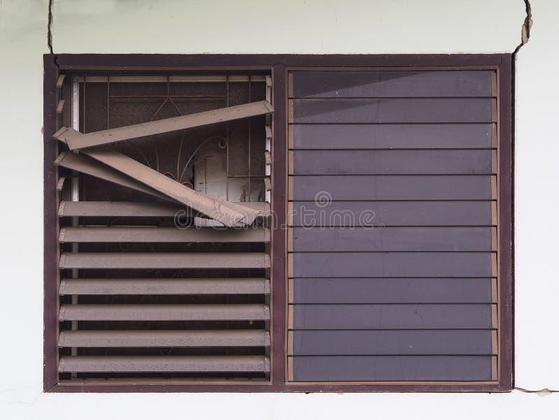 Finestra incrinata e rotta concreta dello specchio dal terremoto fotografie stock libere da diritti