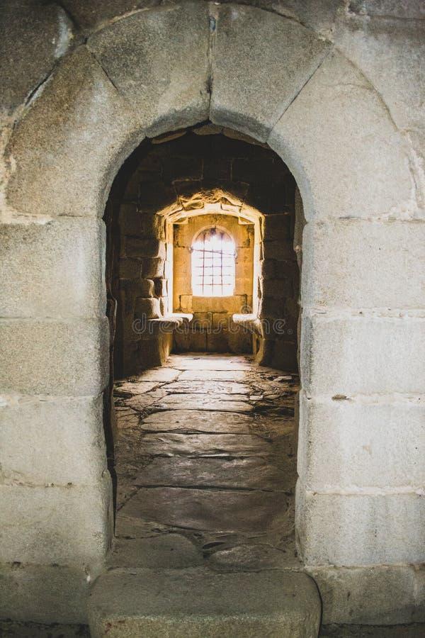 finestra interna del castello nel villaggio abbandonato fotografia stock