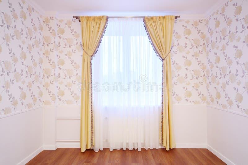 Finestra leggera con le tende nella stanza accogliente e semplice immagini stock libere da diritti