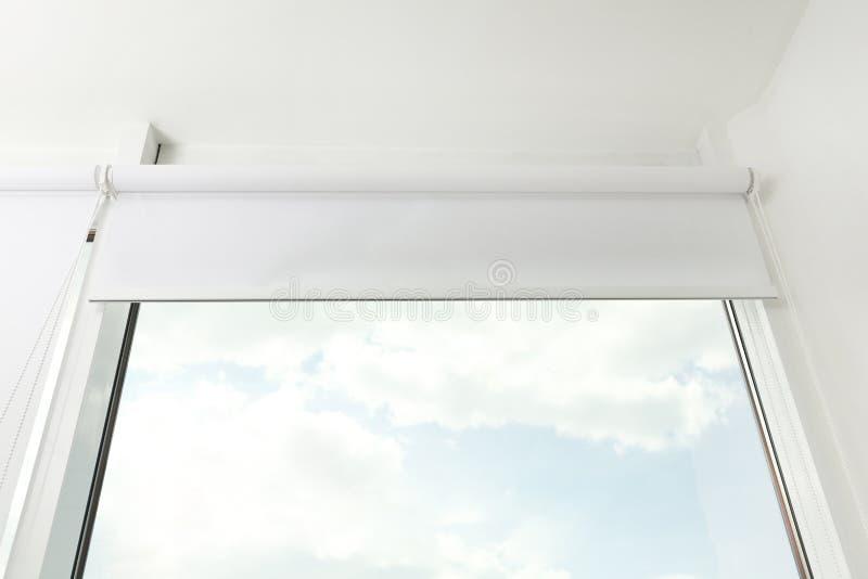 Finestra moderna con gli schermi girevoli bianchi all'interno fotografia stock libera da diritti