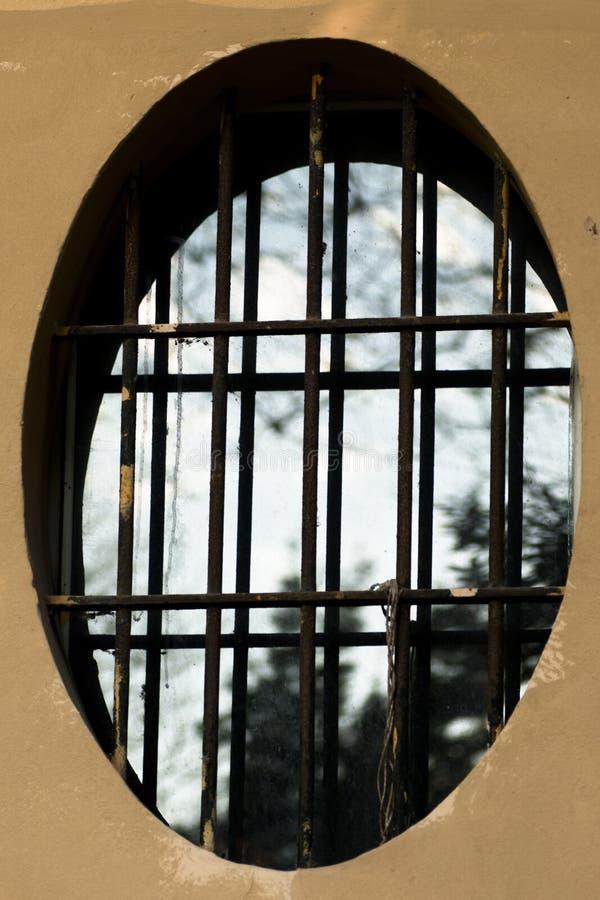 finestra ovale con la griglia fotografia stock immagine