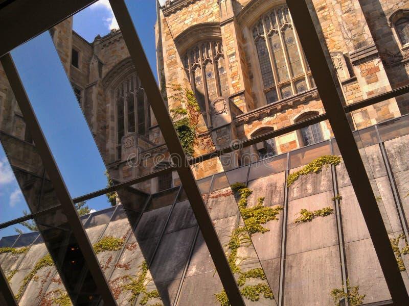 Finestra più bassa vista attraverso della biblioteca di legge dell'università del Michigan immagini stock
