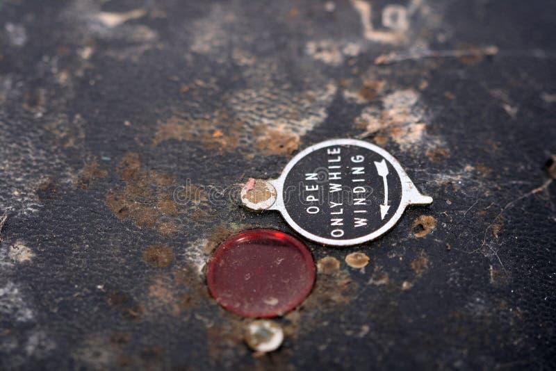 Finestra rossa sulla parte posteriore arrugginita della macchina fotografica d'annata immagine stock libera da diritti