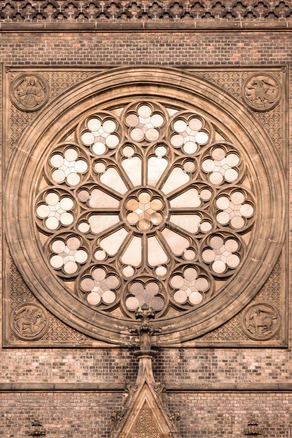 Finestra rotonda con vetro macchiato alla chiesa fotografia stock libera da diritti