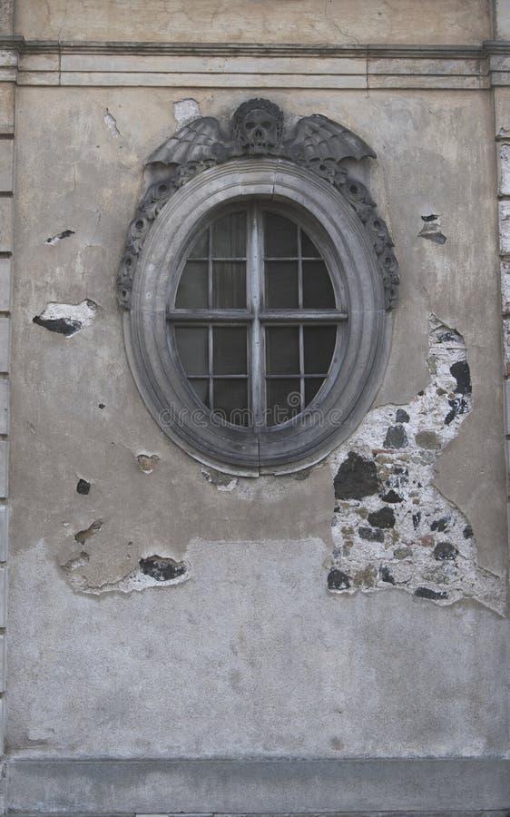 Finestra rotonda dell'obitorio della chiesa fotografia stock