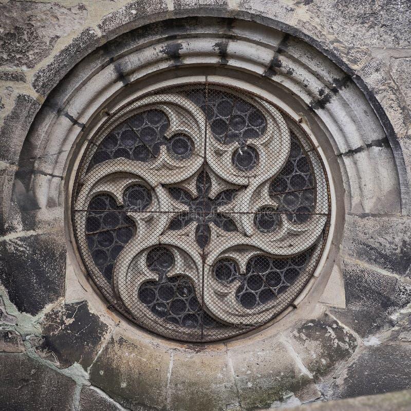 Finestra rotonda della vecchia cattedrale gotica fotografie stock libere da diritti