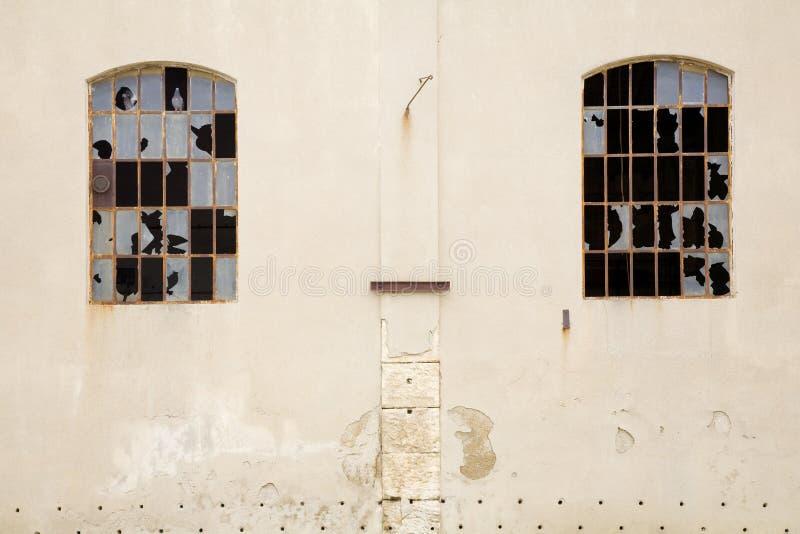 Finestra rotta fotografia stock immagine di distrugga 5533140 - La finestra rotta ...