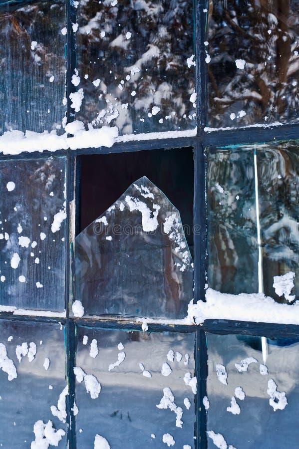 Finestra rotta nell'inverno immagine stock