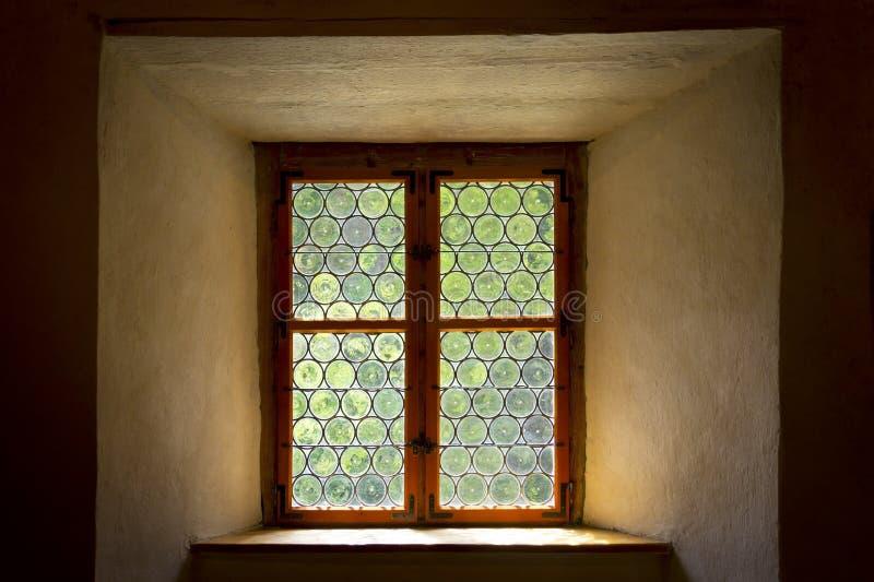 Finestra storica di vetro macchiato o al piombo fotografia stock libera da diritti