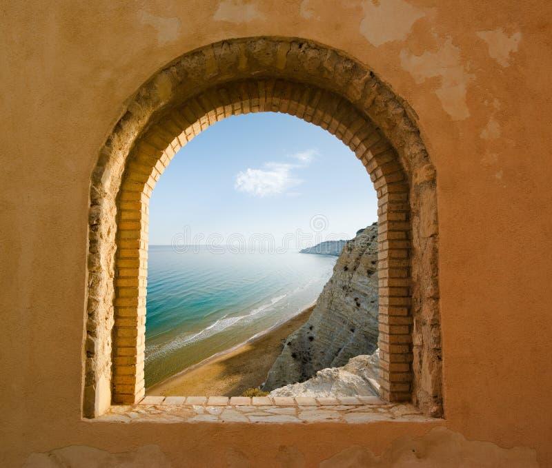 Finestra sul paesaggio litoraneo di una baia fotografia stock