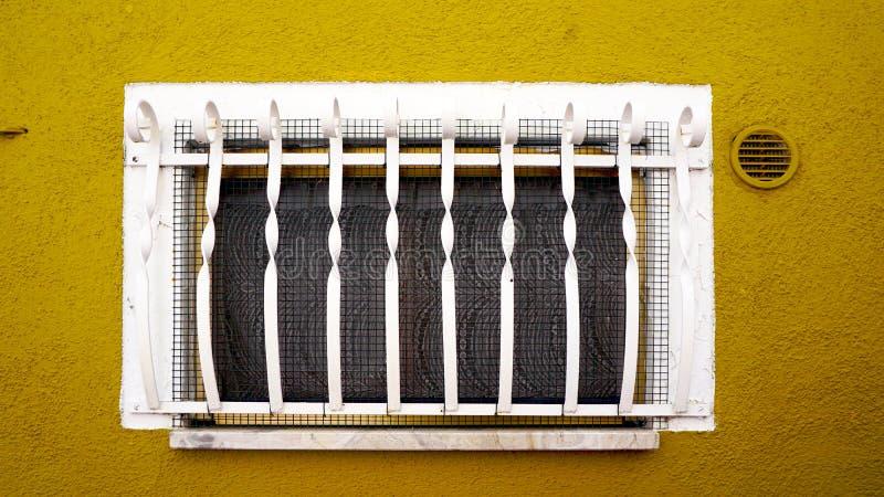 Download Finestra Sulla Costruzione Gialla Della Parete Della Senape In Burano Immagine Stock - Immagine di bello, acciaio: 56890669