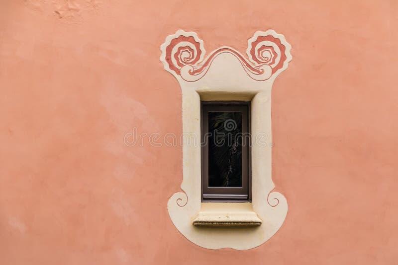 Finestra sulla facciata del museo della Camera di Gaudi in parco Guell immagini stock