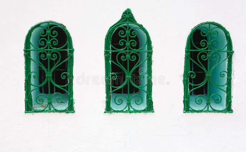 Finestra tipica in facciata imbiancata fotografie stock
