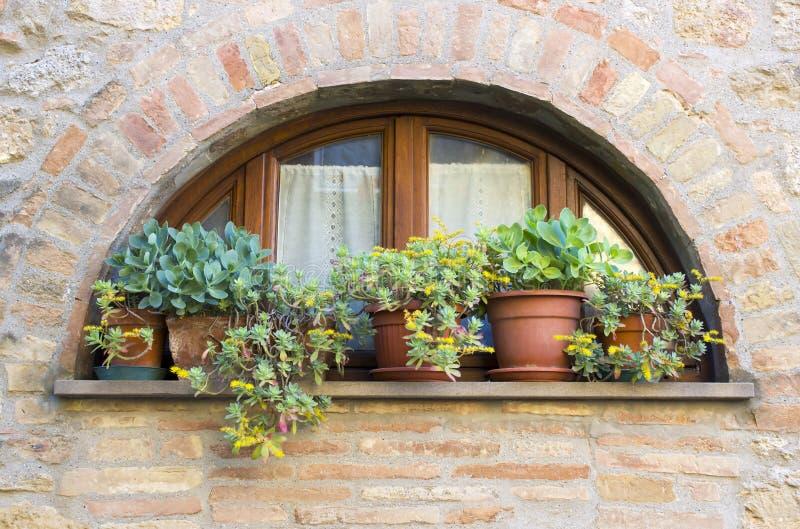 Finestra toscana adorabile in Volterra, Italia fotografia stock libera da diritti