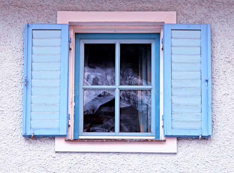 Finestra tradizionale d'annata con gli otturatori blu fotografie stock libere da diritti