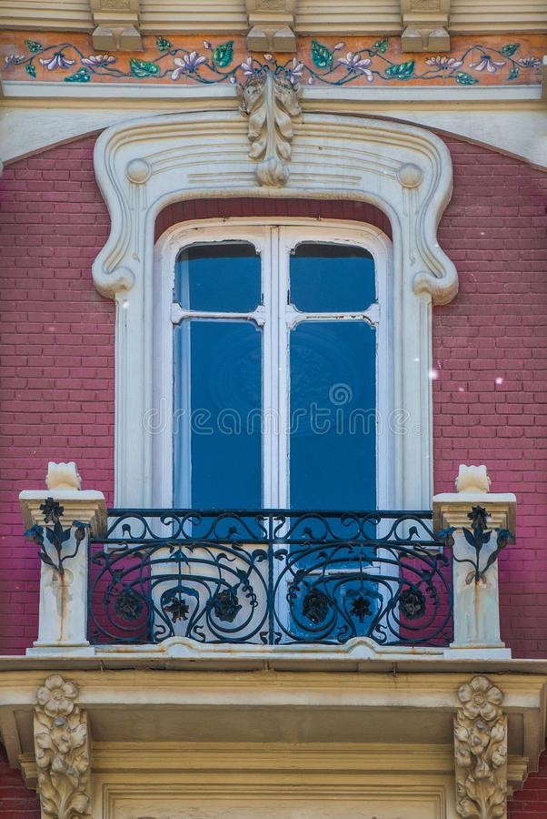 Finestra tradizionale e balcone del mattone rosso in Spagna con la decorazione dello stucco fotografia stock