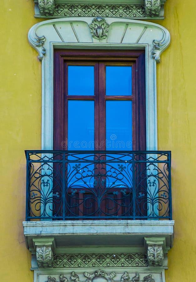 Finestra tradizionale gialla variopinta e balcone in Spagna con la decorazione dello stucco immagini stock