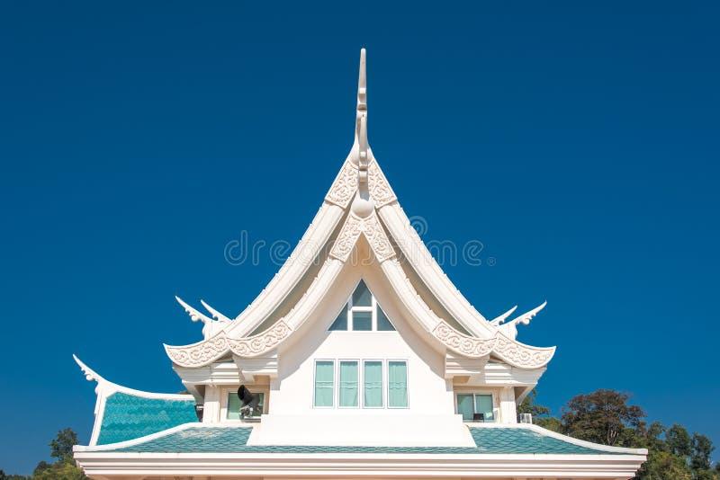 Finestra in un tetto contro cielo blu con forma del triangolo in Thaila fotografia stock