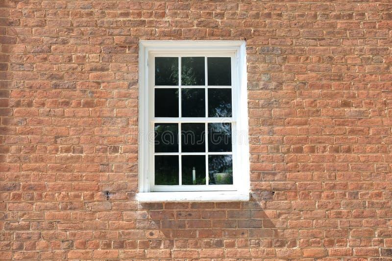 Finestra in una casa con mattoni a vista fotografie stock libere da diritti
