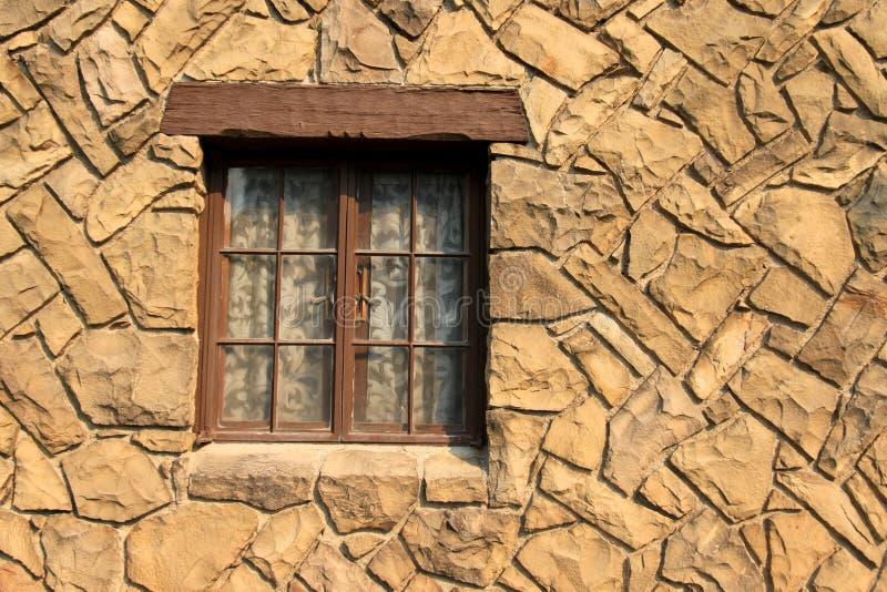 Finestra in una parete della roccia immagini stock libere da diritti