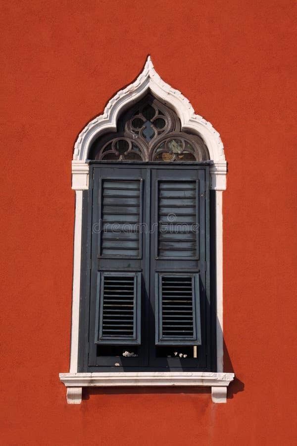 Finestra veneziana con le imposte tipica fotografia stock immagine di rosso arco 23297672 - Veneziana finestra ...