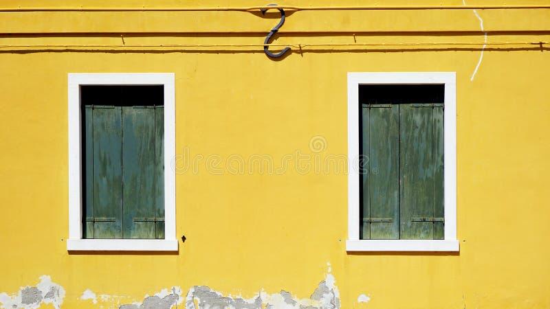 Download Finestra Verde Del Woodem Sulla Parete Gialla Immagine Stock - Immagine di isola, costruzione: 56888933