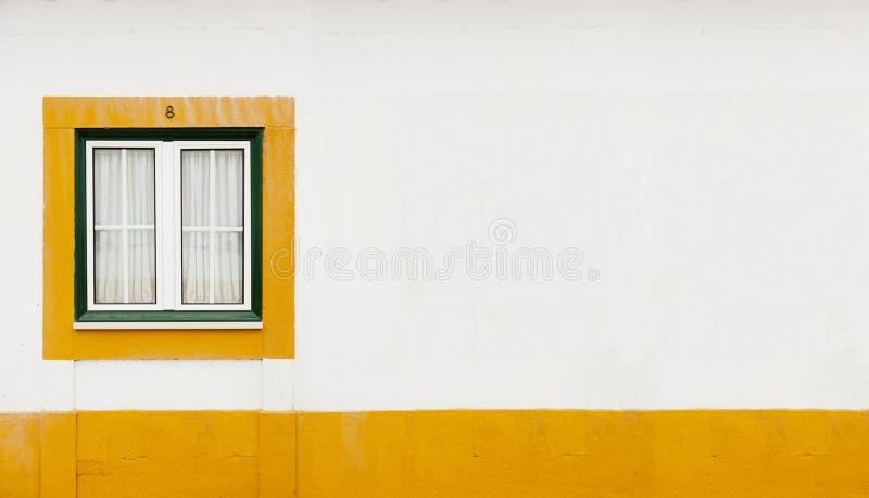 Parete Gialla E Verde : Finestra verde e gialla immagine stock di