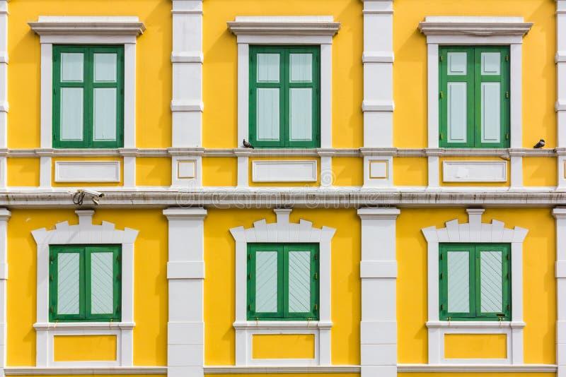 Finestra verde sulla parete gialla immagine stock libera da diritti