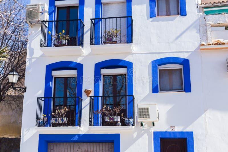 Finestrat, Аликанте, Испания - 23-ье февраля 2019: Фасад Белого Дома с голубой отделкой в старом городке Fenistrat Испании стоковое изображение
